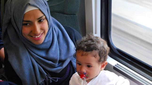 Una joven madre con su niña en el interior del tren.