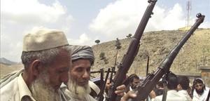 Afganesos armats prometen lluitar contra els talibans davant els últims atacs, al districte de Door Baba (est).