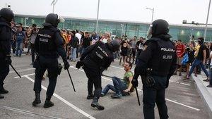 Agentes de la Policía Nacional, durante los enfrentamientosen el aeropuerto de El Prat.