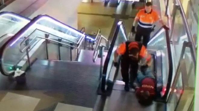 Agresión de dos vigilantes a un hombre negro en el Metro de Madrid.