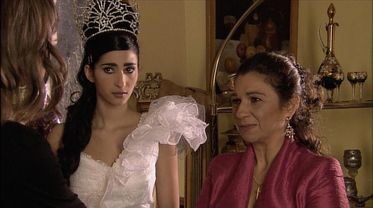 Alba Flores, con su tía Lolita, en la serie 'El síndrome de Ulises'.