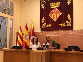 La alcaldesa de Rubí, Ana María Martínez (derecha), junto a la regidora María Mas (izquierda), ambas del PSC, durante la rueda de prensa.