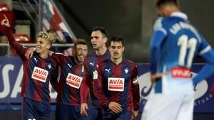 Alejo (izquierda) celebra con sus compañeros el segundo gol del Levante ante Baptistao, del Espanyol.