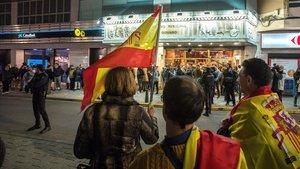 Algunos de los manifestantes que han recibido a Dani Mateo con la bandera española a las puertas del Teatro Quijano de Ciudad Real.