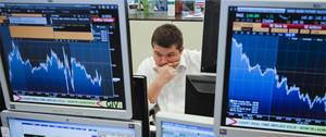 Un analista trabaja rodeado de monitores con la situación de los mercados financieros.