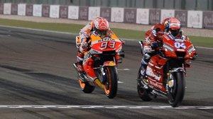 Andrea Dovizioso (Ducati), a la derecha, cruza la meta de Catar unos centímetros antes que Marc Márquez (Honda).