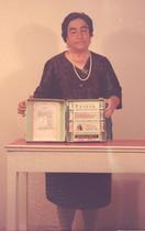 Ángela Ruiz Robles con la enciclopedia mecánica.