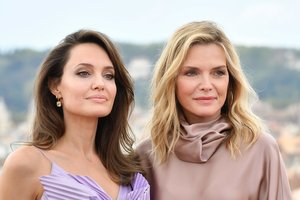 Angelina Jolie y Michelle Pfeiffer, en la 'premiere' en Roma de 'Maléfica: Maestra del Mal'.