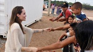 Angelina Jolie,enviada especial de Acnur,saluda este sabado a varios ninosen Maicao (Colombia).