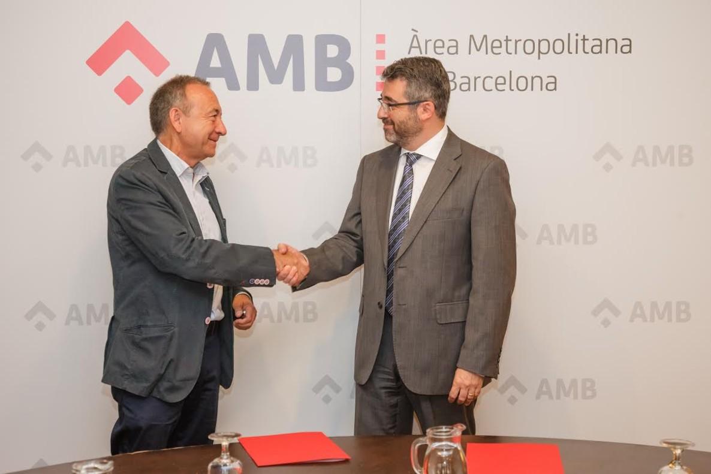 Antoni Poveda, vicepresidente de Movilidad y Transporte del AMB, y Andreu Martínez, director de Estrategia Corporativa y de Recursos Humanos de la CCMA, durante la firma del convenio de colaboración.