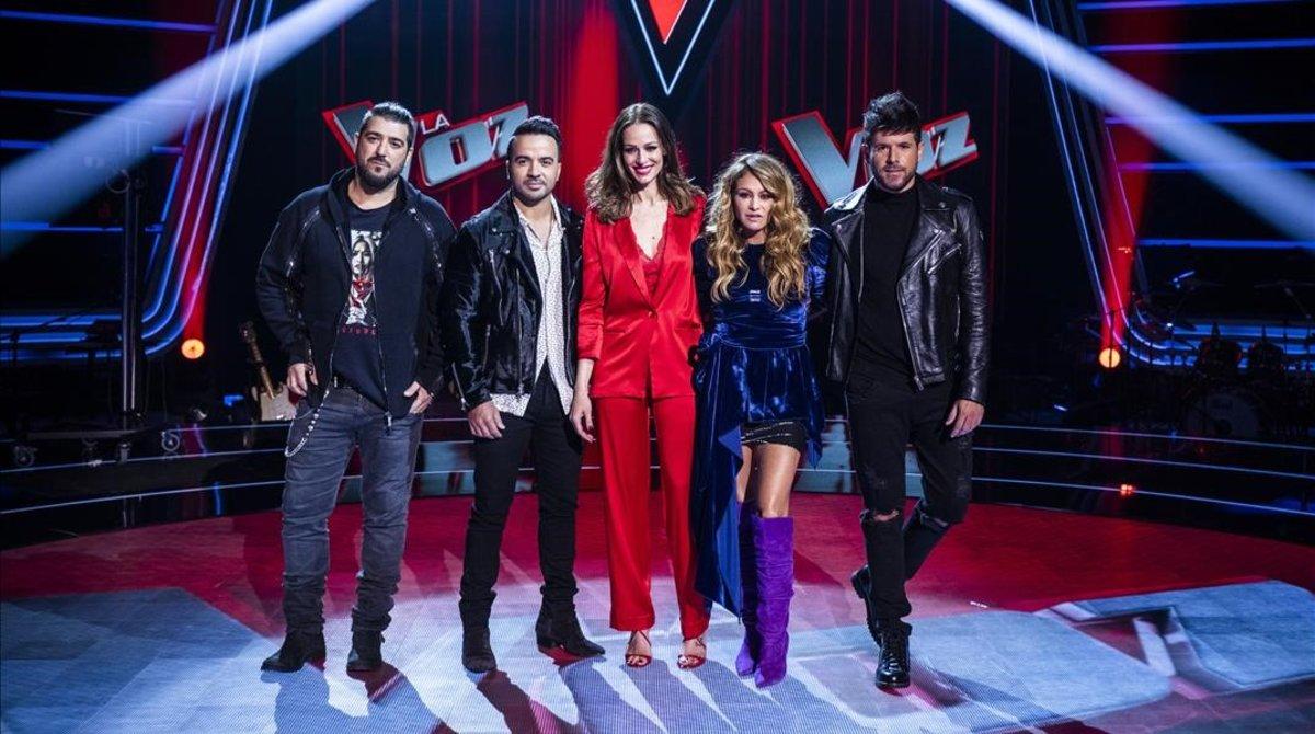 Antonio Orozco, Luis Fonsi, Eva González, Paulina Rubio y Pablo López, en el plató de 'La voz' (Antena 3).