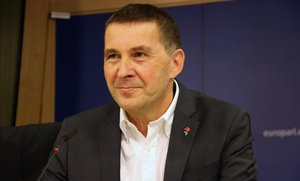 Arnaldo Otegi, en rueda de prensa en el Parlamento Europeo.