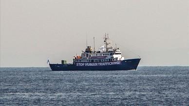 La extrema derecha acosa en alta mar a los barcos que rescatan a emigrantes