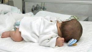 Un bebé ingresado en un hospital.