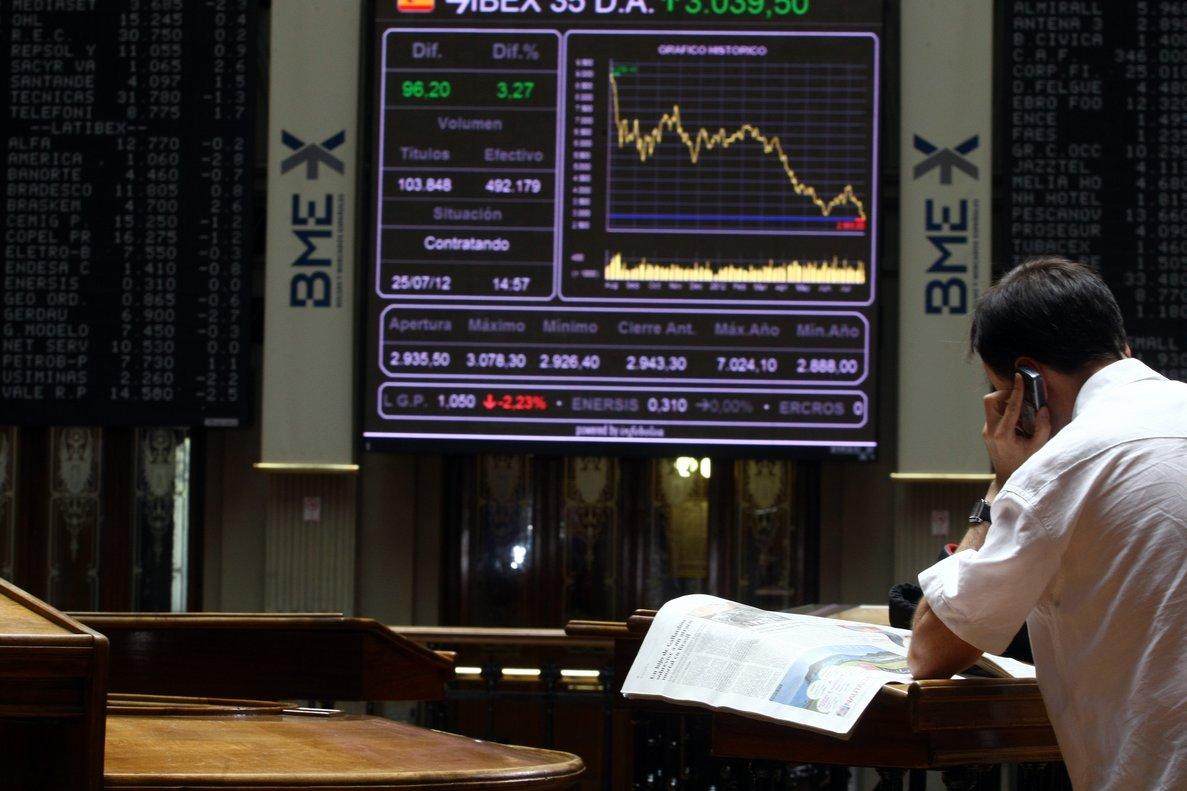 Los inversores necesitan la ayuda de intermediarios para poder invertir en el mercado de valores.