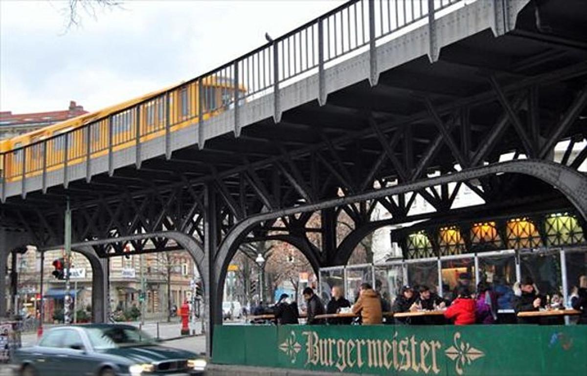 El Burgermeister ha hecho de su particular ubicación y de su grasiento menú las claves de un éxito inesperado: largas colas de berlineses esperan para lograr mesa.