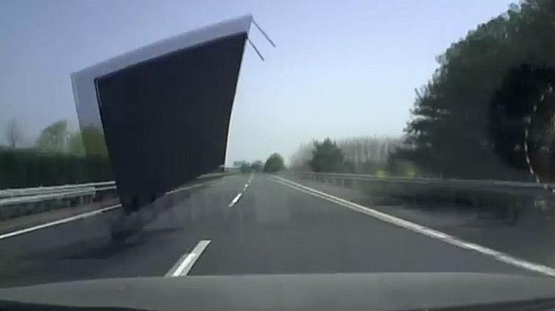 El camionero ha tenido que pagar una multa de 25 euros por su imprudencia.