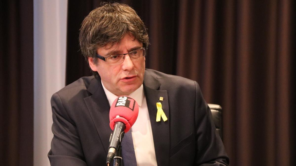 Carles Puigdemont durante la entrevista de este viernespara RAC-1, desde Bruselas.
