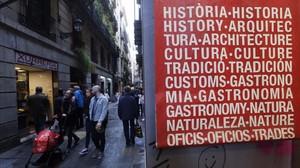 Un cartel rotulado en diferentes idiomas, en el centro de Barcelona.