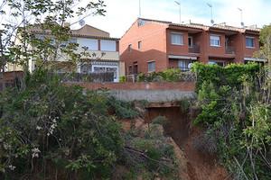 Adif farà un mur de contenció sota les cases adjacents a la R3 a Parets