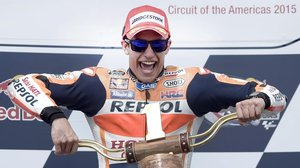 El catalán Marc Márquez (Honda), que siempre suele ganar en Austin (EEUU), levanta el trofeo del 2015.