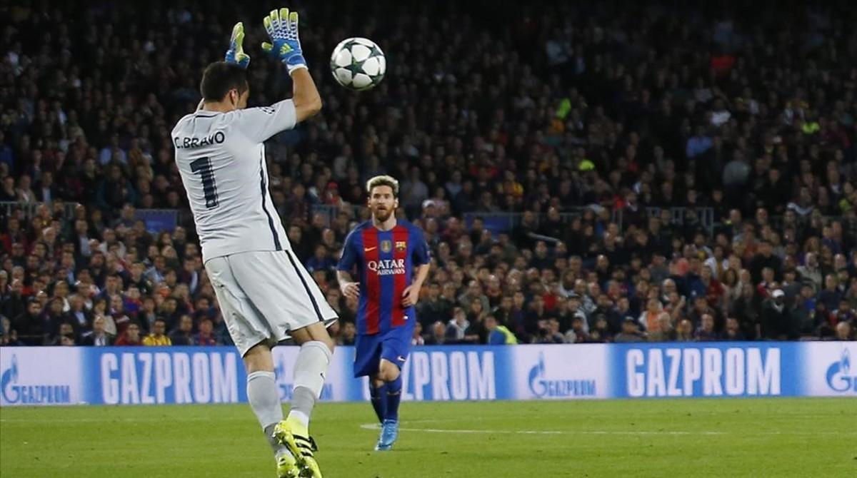 Claudio Bravo, en la jugada que le costó la expulsión en el Camp Nou.