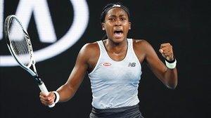 Coco Gauff celebra el último punto de su victoria sobre Venus Williams en la primera ronda del Abierto de Australia.