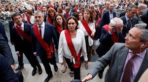 Colau, Collboni, Maragall y Valls, en la plaza Sant Jaume tras la investidura de Colau como alcaldesa.