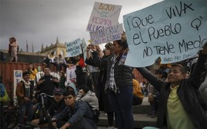 Manifestantes en Colombia exigen que se detengan los ataques de la policía.