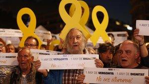 Concentración en Barcelona cuando se cumple un año del encarcelamiento de los Jordis, este martes.