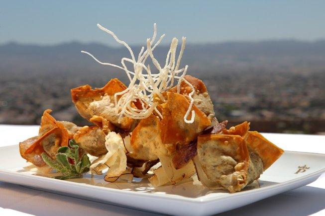 Croquetas de morcilla de cebolla con chips de verdura