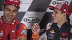 Danilo Petrucci, a la izquierda, se pasó toda la conferencia de prensa de ayer, en Sachsenring, bromeando y charlando con Marc Márquez.