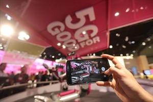 Demostración del uso de 5G en un estand del Mobile World Congress.