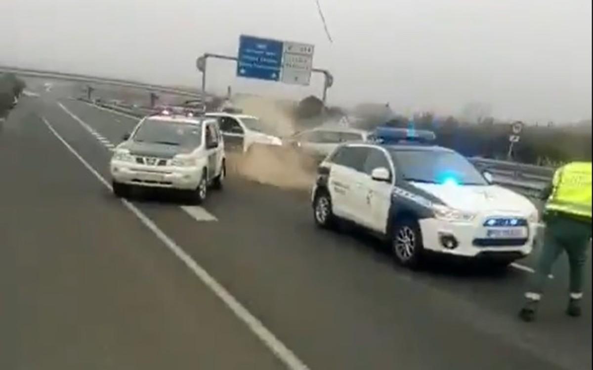 Momento en el que el conductor kamikaze ha chocado contra la barrera de coches que la Guardia Civil ha colocado para detenerlo.