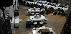 Detenidos en Guantánamo rezan en una zona comunal del presidio.