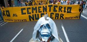 Detractors de la instal·lació del cementiri nuclear a Zarra, durant una manifestació a València l'abril passat.