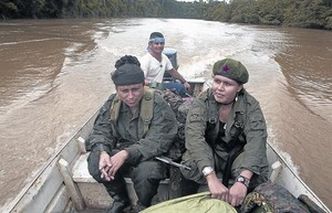 Dos guerrilleras, deplazándose en lancha por uno de los ríos de la región de Caquetá.