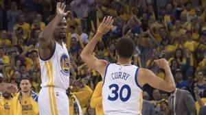 Durant y Curry se felicitan por la victoria ante los Spurs (113-111).