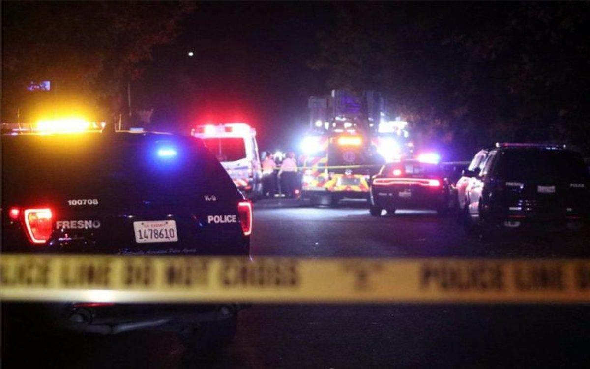 La policía de Fresno, California, resguarda la zona tras un tiroteo.