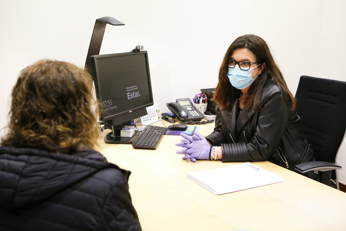 Imagen de archivo de una trabajadora de una oficina bancaria.