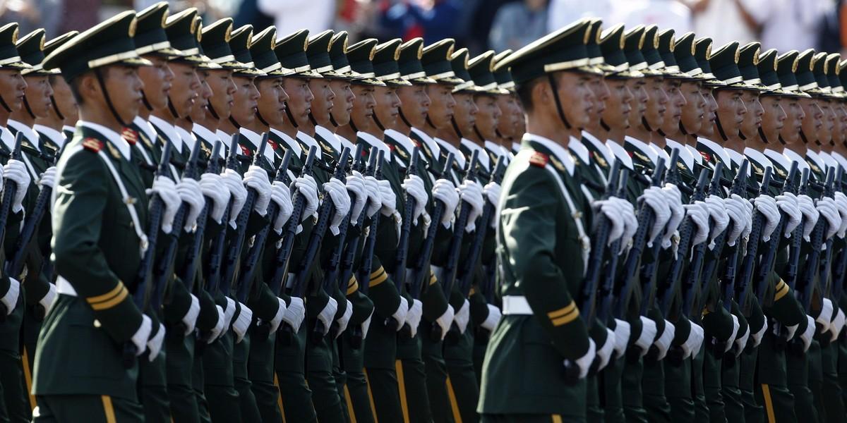 BEJ109 PEKÍN (CHINA) 01.10.09 Miles de soldados chinos participan en un desfile para conmemorar el 60º aniversario de la República Popular China, cerca de la plaza de Tiananmen, en Pekín (China), el 1 de octubre de 2009. Los más modernos tanques, misiles, y cazas del Ejército de Liberación Popular chino (ELP) desfilaron hoy por la avenida Chang An en el centro de Pekín, y frente a la plaza de Tiananmen, en el principal acto de celebración del 60 aniversario del régimen comunista. EFE/Oliver Weiken