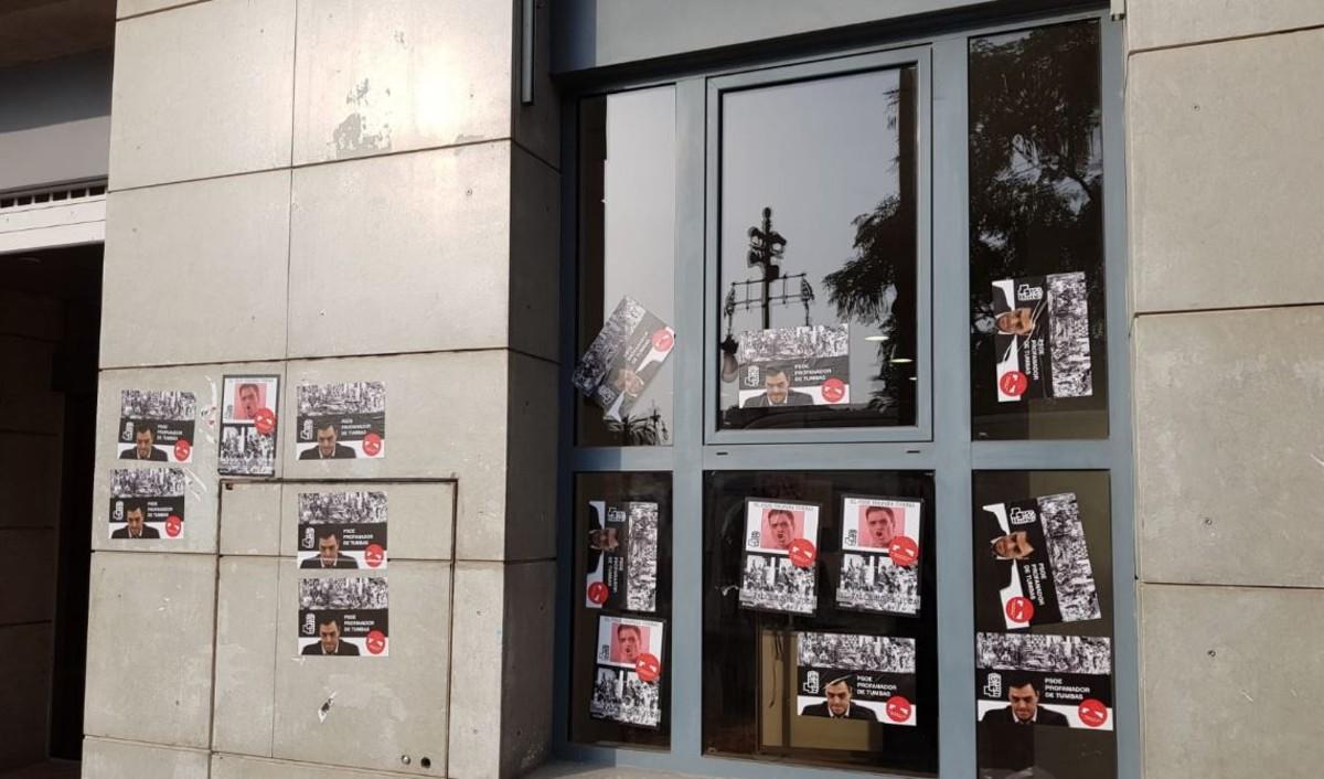 La fachada de la sede del PSPV, con pegatinas contrarias a la exhumación de Franco.