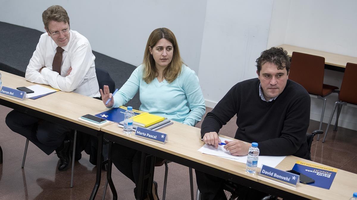 Los coordinadoresdel PDECat, Marta Pascal y David Bonvehí, junto a Ferran Bel