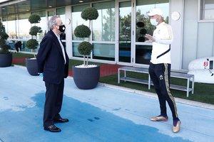 Florentino Pérez y Zinedine Zidane, en Valdebebas, donde el Madrid jugará sus partidos.