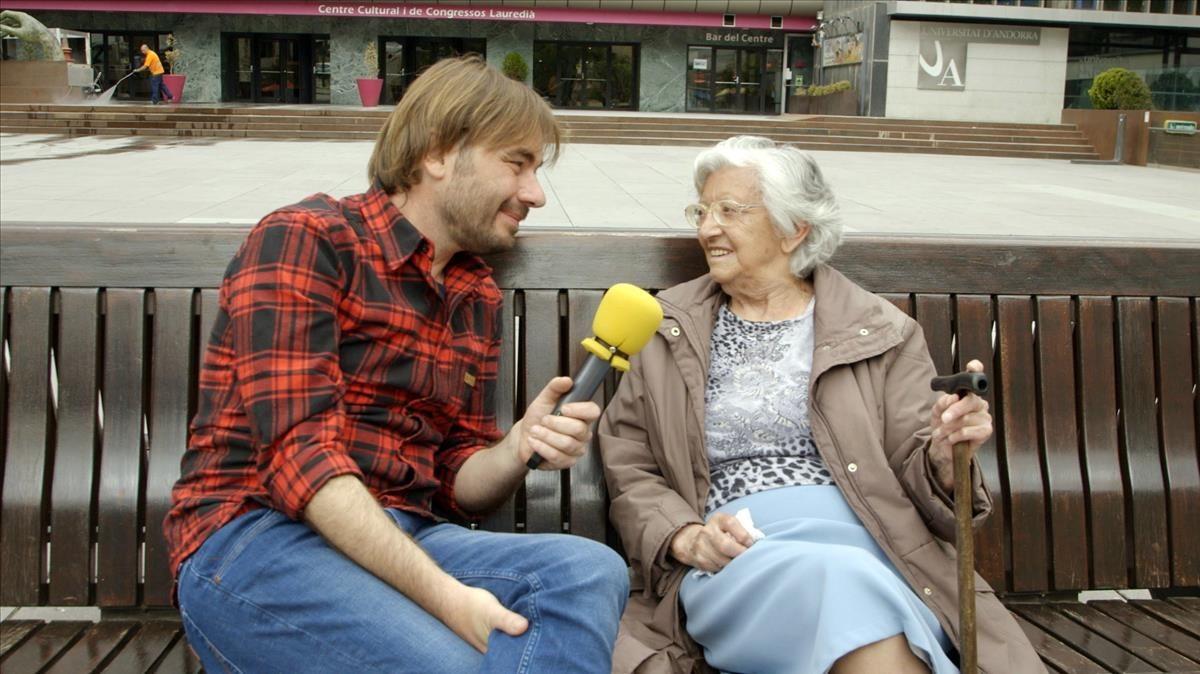Quim Masferrer, junto a una de las entrevistadas en el especial de El foraster en Andorra.