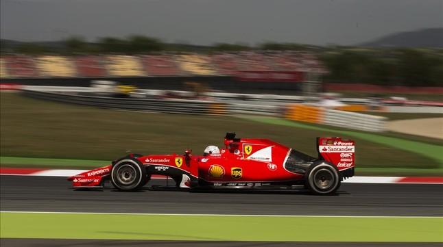 El piloto de Ferrari de Alemania Sebastian Vettel , conduce su coche durante la segunda sesión de entrenosen el Gran Premio de España de Fórmula Uno en el circuito de Barcelona Catalunya en Montmeló viernes , 8 de mayo de 2015. ( Foto AP / Andres Kudacki )