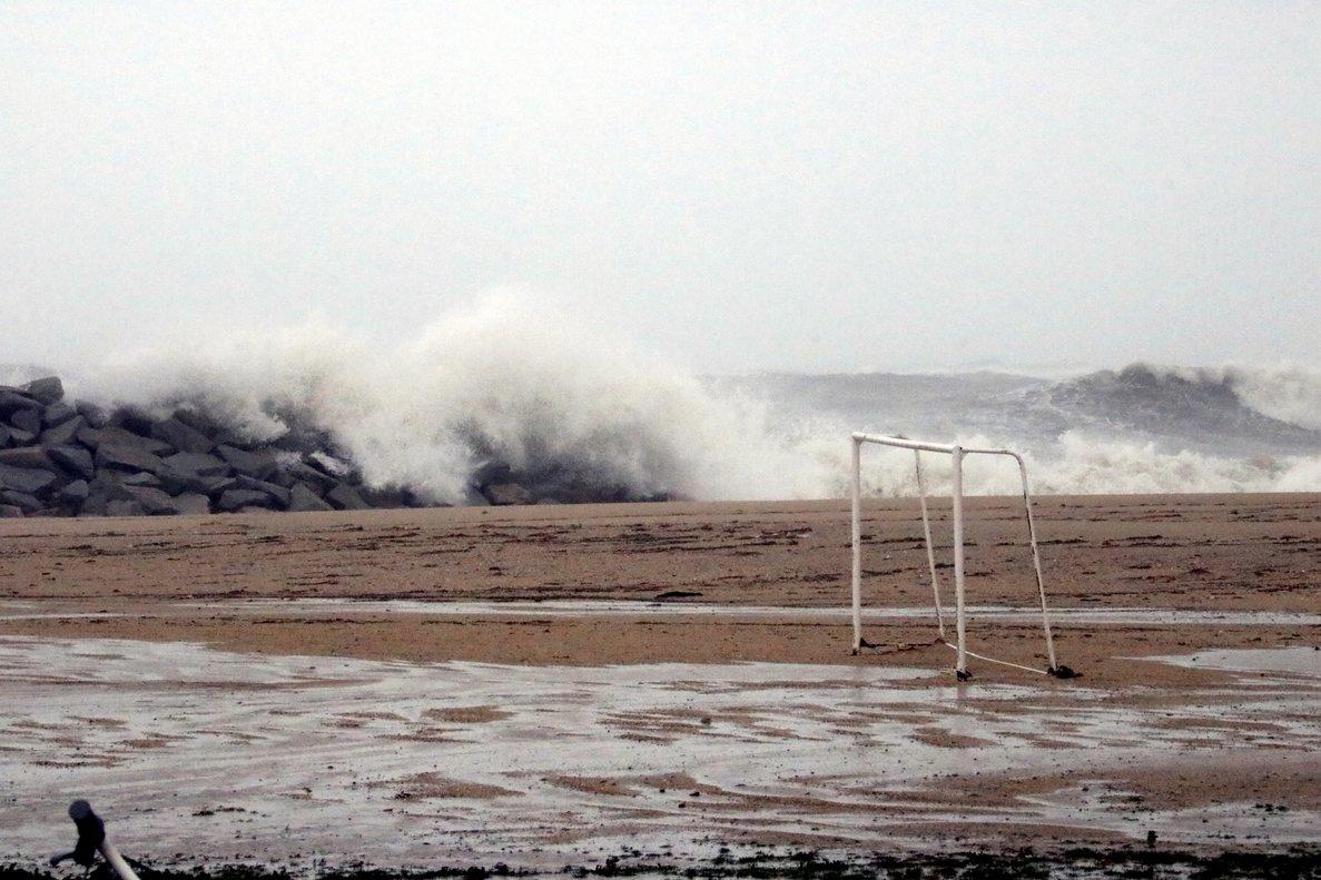 La playa de Mataró, engullida por las olas del temporal.