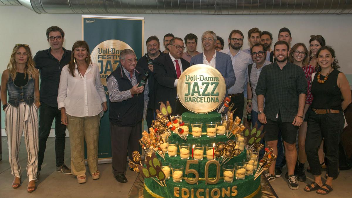 Foto de familia de The Project, empresa organizadora del Voll-Damm Festival de Jazz de Barcelona, con los representantes políticos y de Estrella Damm, este viernes en Barcelona