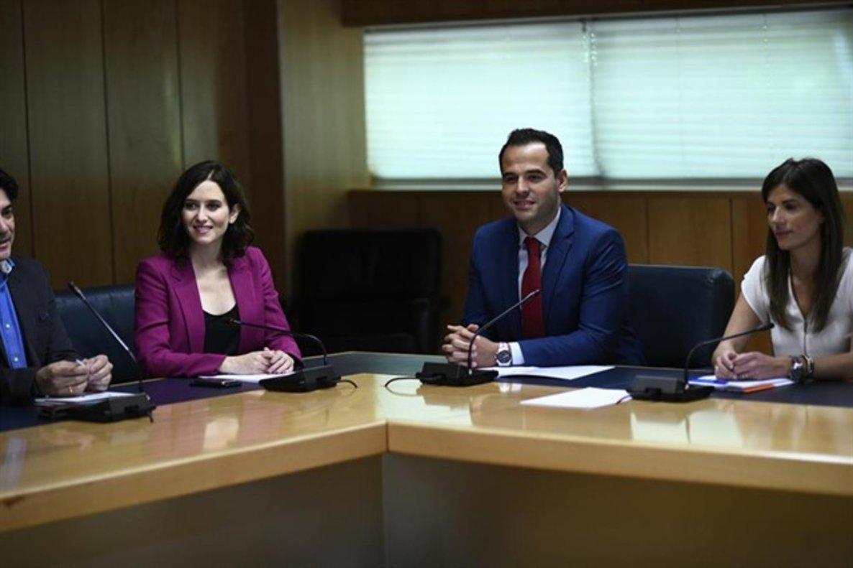 La candidata ala Presidencia de la Comunidad de Madrid, Isabel Díaz Ayuso, y el candidatode Ciudadanos, Ignacio Aguado, durante sus negociaciones en la Asamblea de Madrid.