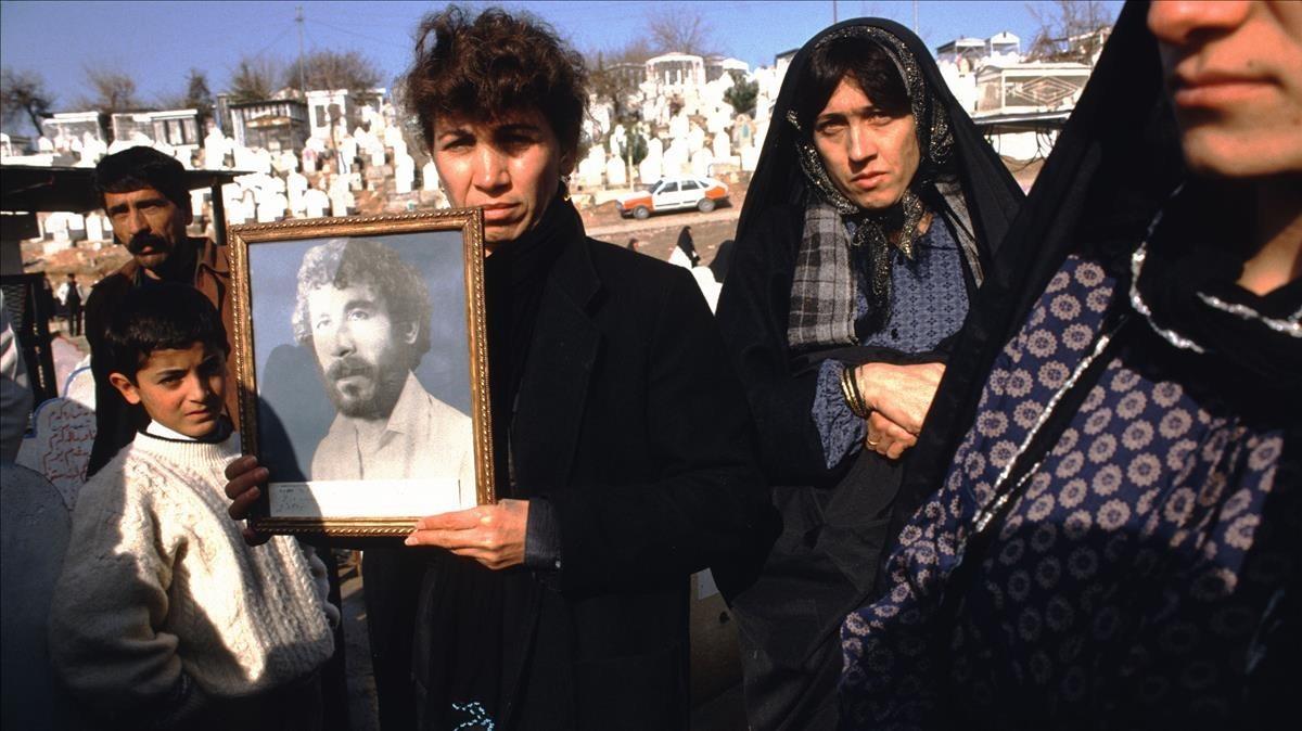 Fotos de Kamaran Abdullah Saber, de 20 años,mostradas por su familia en el cementerio de Saiwan Hill, en Kurdistán. Fueasesinado en 1991 en una manifestación estudiantil contra Sadam Husein.